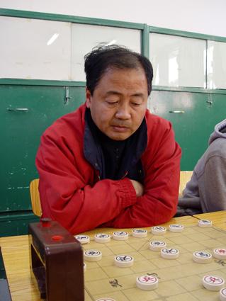 北京学生活动管理中心 刘准 姓名:刘准教学项目:中国象棋毕业院校: 北京师范大学中文系毕业职称: 中学高级教师1985年开始在少年宫开展中国象棋教学活动。创编一套适合校外教育,适合少年儿童棋弈训练的教学内容和辅导方法,以培养学员掌握知识的技能技巧为出发点,开发智力,提高素质,发展特长。曾制订棋星等级赛制度,把教学和考核结合起来,取得较好的教学效果。多年来培养了一批优秀学员,冯雷、刘君、李晶倩、王磊、赵沛然、赵鑫、魏晨歌等获得全国少年宫系统希望杯比赛冠军。并且日后有刘君、才溢、李晶倩、史思旋等获得国家大师称号。根据教学需要编写了《象棋基本杀法及练习》《象棋初级战术及练习》等象棋书籍。