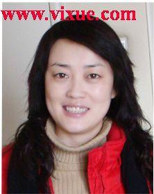 北京科技大学 刘新华 刘新华,本科,讲师。毕业于北京语言学院外语系。多年来一直从事各种层次、各种形式的一线教学工作,有具有丰富的教学经验,教学效果受到学生的好评。曾获得北京科技大学建龙教学奖、最佳教师以及师德先进个人等荣誉称号和奖励。在教学工作中,积极参与教材的编写和教研项目的研究,著有21世纪高等学校规划教材--《大学英语实用教程》系列教材;主持了《成人本科学士学位英语统一考试题库》和《远程大学英语教学模式研究》等教学研究项目。