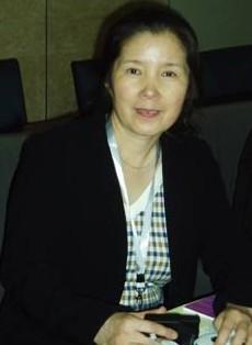 """上海交通大学 杜淑贤  杜淑贤,上海市化学特级教师,市普教系统特级校长(书记),现任我校党总支书记兼副校长,是我校学科带头人、杨浦区名教师、中国人民政治协商会议上海市十一届政协委员。  杜老师是一位集教育、教学、科研、管理于一身的专家型教师。她从事教育工作三十年来,始终坚持在教学第一线上课,以学生为中心,特色鲜明,风格独特。  在教育科研方面,杜老师坚持科研改进课堂,发表过《改进中学化学训练方法》《引导探究教学法初探》等几十篇文章,引领同行;她在上海市中学界率先进行研究性学习课程建设,开展走班制学习组织方式、研究性学习走入学科教学以及生命教育进课堂的途径等课题研究;主持实施的科研课题多次获市级教育科研成果奖。她主编、参编了多部著作,2004年她撰写出版了教育专著《不一样的课堂---普通高中课程建设与教学管理改革》,获上海市教育科学院教育科研成果二等奖,打破了很多人认为中学教师不能在教育理论方面有所建树的传统看法;现在每年还带教多位上海市化学""""二名""""教师。  杜老师作为我校党总支书记、副校长,创造性地开展德育和党建工作。她凭着对教育,对学生的深刻理解,前瞻性地提出构建以""""关爱""""为主线的德育体系;在上海中学界率先进行了学生干部公推直选,模拟社区等,实现了德育内容课程化;学生""""模拟社区"""",被团市委评为""""上海市活动首创奖""""。德育工作特色鲜明,学生学有所长,全面发展,探索创新人才培养模式,走在上海市重点中学的前列;学生党建和生命教育在上海市中学界有很大的影响。在她的带领下,交大附中党总支被评为上海市教卫系统""""世博先锋行动""""先进基层党组织、上海交大优秀党组织,学校连续多年被评为上海市文明单位。  由于杜淑贤同志在教育教学与教育管理上做出的突出成绩:1995年荣获教育部曾宪梓教育基金将教师奖一等奖;1997年被评为黑龙江省劳动模;1998年被评为全国优秀教师;2002年被评为上海市科研先进个人;2006年被评为新疆少数民族双语培训工作先进个人;2006年被评为杨浦区第六批专业技术拔尖人才;2009年被评为上海市模范教师;2009年9月被评为上海市特级校长(书记);2009年10月成立杨浦区杜淑贤名师工作室。杏坛心语:""""书山有路勤为径,学海无涯苦作舟"""",不仅是用来勉励学生的,更应该是教师做给学生看的。"""