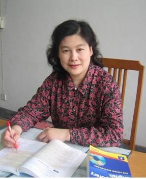 """上海交通大学 韩立新  韩立新教师自1982年起进入教育岗位后一直工作在教学的第一线。忠诚党的教育事业,认真履行教师的职责,为人师表,教书育人,爱岗敬业,勤勤恳恳,奉献教育事业。  在教学中,不断钻研,探索教法,力求激发学生对外语学习的兴趣,提高外语的整体水平。授课时注重深度和广度,拓展学生的知识面,促使他们在区、市级的英语竞赛中获奖,深受学生的好评。她所教的班级有众多的学生在上海市""""海文杯""""高中英语竞赛中获一等奖,二等奖和三等奖;还有更多的学生在科普英语竞赛,全国英语能力竞赛等中获奖,为此,她在1996年获美国康奈尔大学授予的""""Outstanding Educator""""(杰出的教育者)殊荣,并赴美参加颁奖仪式。  在业务上注重自身素养的提高。不断地增加新的知识,充实自己,完善自己,使所教的学科具有系统性和完整性。1999年暑假赴英国进行培训进修。期间,抓紧时间,为己充电,更好地为教学工作做贡献。在知识的传授过程中,注重学生素质的培养,把在国外进修的见闻和感受告知学生,让他们懂得:中国的兴旺发达必须依靠科学和技术,今天的刻苦学习就是为祖国明天的富强打基础。树立起他们爱国主义精神,促使学生努力学习,打好扎实的基础,为祖国的强盛奋发努力。  多年来,她对新教师爱护有加,并促使他们快速成长。帮助年轻教师尽快适应高中的英语教学,并指导他们树立目标,潜心研究,迅速成为骨干教师,独当一面,如:周霓侠、许敏华、刘骁等教师,他们都在工作中取得了很大的成绩,成为优秀的中青年教师并荣获殊荣。  在科研上,不断地研究新的有效的教学方法,把教学的实践与科学的理论结合在一起,不断完善教学理念。主张""""自主学习,探究性学习,合作学习"""",最大程度地提高教学效率,并把教学中的有效学法,合理教法,总结归纳,形成自己的观点,编写成文,帮助学生提高英语学习成绩。编写并参与编写了有关的英语书籍和论文,在报刊杂志上发表了有关的文章,如:《高中英语解析》、《高中英语学习新思维》、《与英语亲密接触》、《兴趣·情感·意志》、《外语课堂教学改革策略研究》、《外语课堂教学改革策略研究》、《练基本功,过能力关》、《既要能看会写,还要能说会道》、《教后反思录——求职面试》课后反思等,共同探讨英语教法。此外,她还是上海市高级教师任职资格评审委员会英语学科组成员、上海市高级职称论文评审委员、上海市教师资格证书评审委员等。杏坛寄语:学生的成功就是我最大的快乐!"""