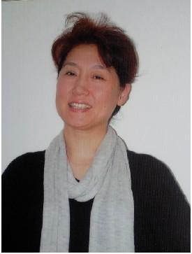 上海戏剧学院 王苏  王苏,表演系副教授。1982年就读于中央戏剧学院表演系,1986年毕业,分配到上海戏剧学院表演系任台词教师。前后担任了表演系十几个本科班的台词课教学工作,培养了一大批优秀的影视剧演员。除台词基础教学外,还开设了《北方曲艺》《话筒前语言训练》等课程。1989年编写了《话剧语言基础训练教材》,2010年与刘宁老师一起撰写了《话剧语言训练教程》教材。在担任我院第四届藏族班台词教学工作中荣获上海市教委颁发的教育成果一等奖。  2011年以来,举办了数场以诵读为载体的个人《品读》会,在语言艺术上进行了一次新的探索与展示,赋予了朗诵这门语言艺术新的生命力。  1986年至今,从事了二十多年的影视剧及动画片的后期配音制作。作品有:动画片《奥特曼》《恐龙战队》《樱桃小丸子》,电影《半生缘》《人鬼情未了》,电视剧《仙剑奇侠传》《步步惊心》等上万集部影视作品。
