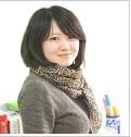 上海外国语大学 石慧--Melody 毕业院校:上海外国语大学教学风格:严谨、耐心、生动、灵活  作为一名80后青年教师,我充满活力、自信和热情。对我来说,从事英语教学工作是一种莫大的快乐,尤其是看到聪明可爱的孩子们在学习英语的过程中不断进步,找到乐趣,有所收获时,我比他们更快乐。  在针对幼儿的教学过程中,我不仅适当加入了一些互动性、趣味性强的游戏,还利用我们的多媒体教学资源,使孩子们在欢乐、轻松的气氛中学习英语,培养他们对英语的兴趣。我认为每个孩子都是一块未经雕琢的美玉,因此在教学过程中,我总是尽可能多的给予他们鼓励和肯定,努力做孩子行为的激励者、启发者,坚持给孩子多一份指导,少一份管教,帮助他们不断进步。